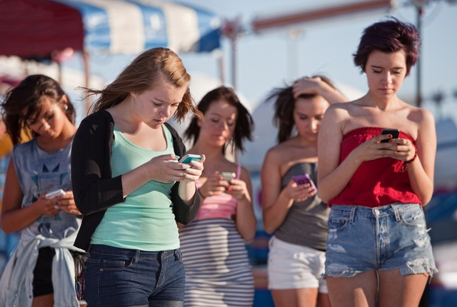 19f8People-using-smartphones-for-messaging